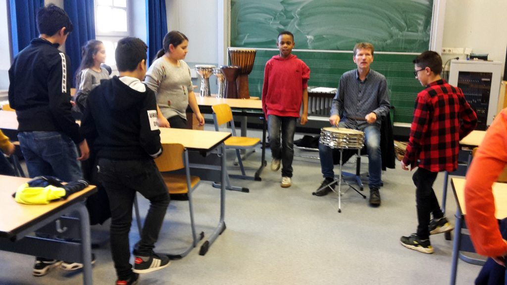 Schlagzeuger Torsten Müller am Grillo-Gymnasium